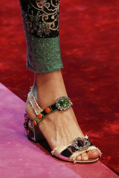 See detail photos for Dolce   Gabbana Spring 2018 Ready-to-Wear collection. 86e8e1f6cf964