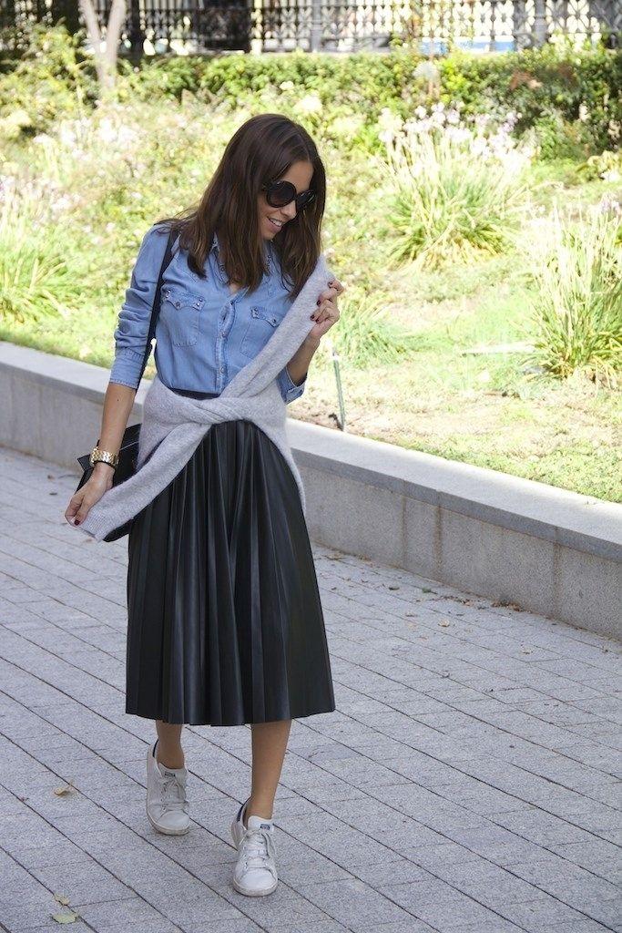 943683ee3a Moda bloguera  falda plisada negra en 2019