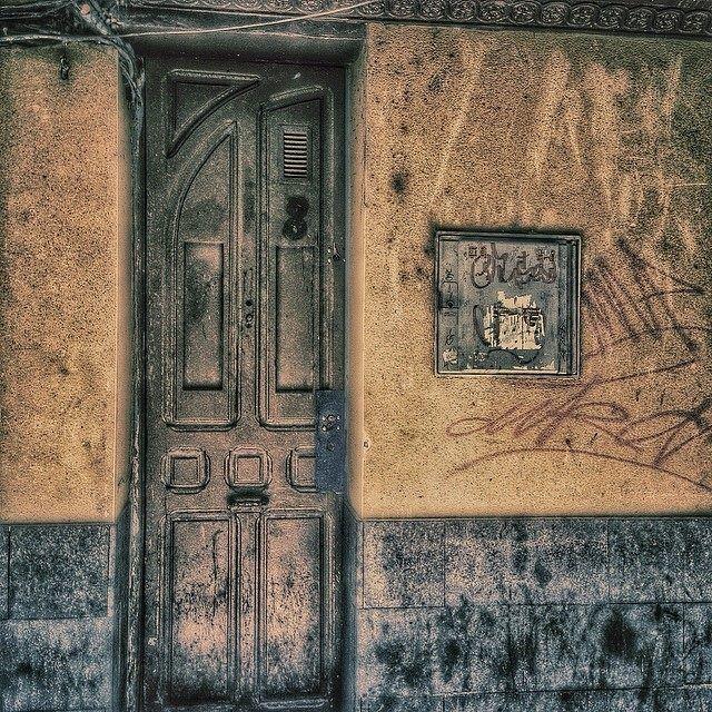 Con puertas tan estrechas comienzas el día siempre de lado. #zaragozadestino