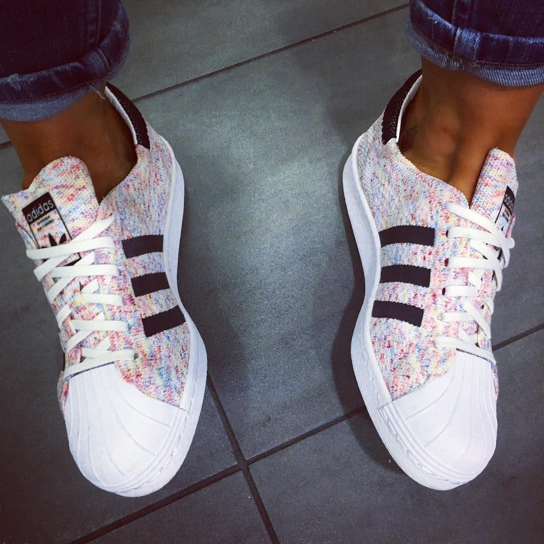 half off 35ffc c5f7e pies de mujer con tenis adidas superstar rosa Más