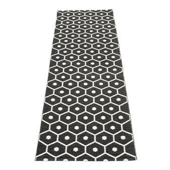 The Lovely Honey Rug From Pappelina Is Made Of Woven Plastic And Has A Fine Honeycomb Pattern The Rug Is Available In Different Rugs Plastic Rug Black Vanilla