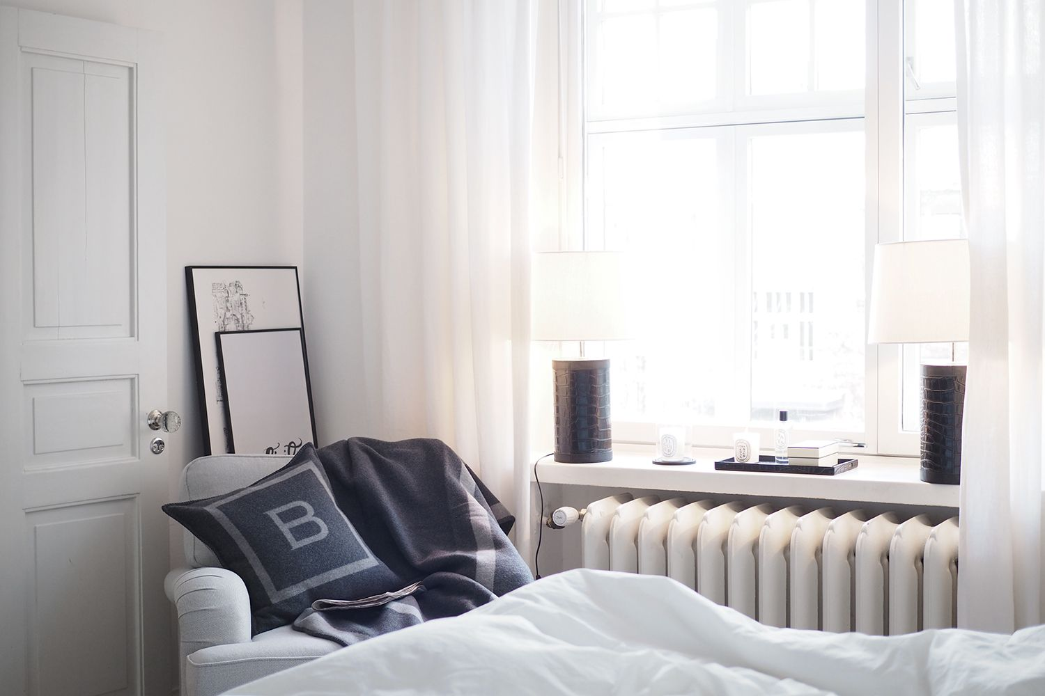 C and the city - Cozy corner in the bedroom - Furninova chair, Balmuir B-logo throw and pillow, Iittala Vakka -storage box and Diptyque candles - read more on the blog: http://www.idealista.fi/charandthecity/2016/11/08/3-vinkkia-talvikautena