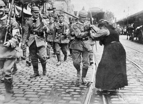Une femme donne des fleurs à un soldat allemand partir pour le front, Berlin, Août 1914 -