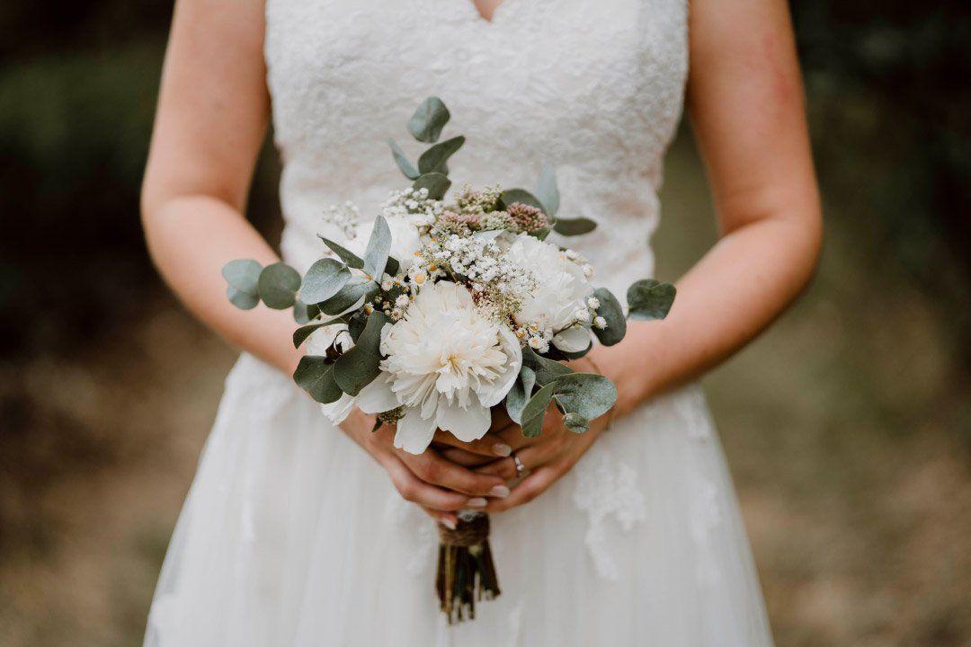 Brautstrauss Im Greenery Stil Mit Eukalyptus Und Weissen Blumen Blumenstrauss Hochzeit Vintage Hochzeit Hochzeit