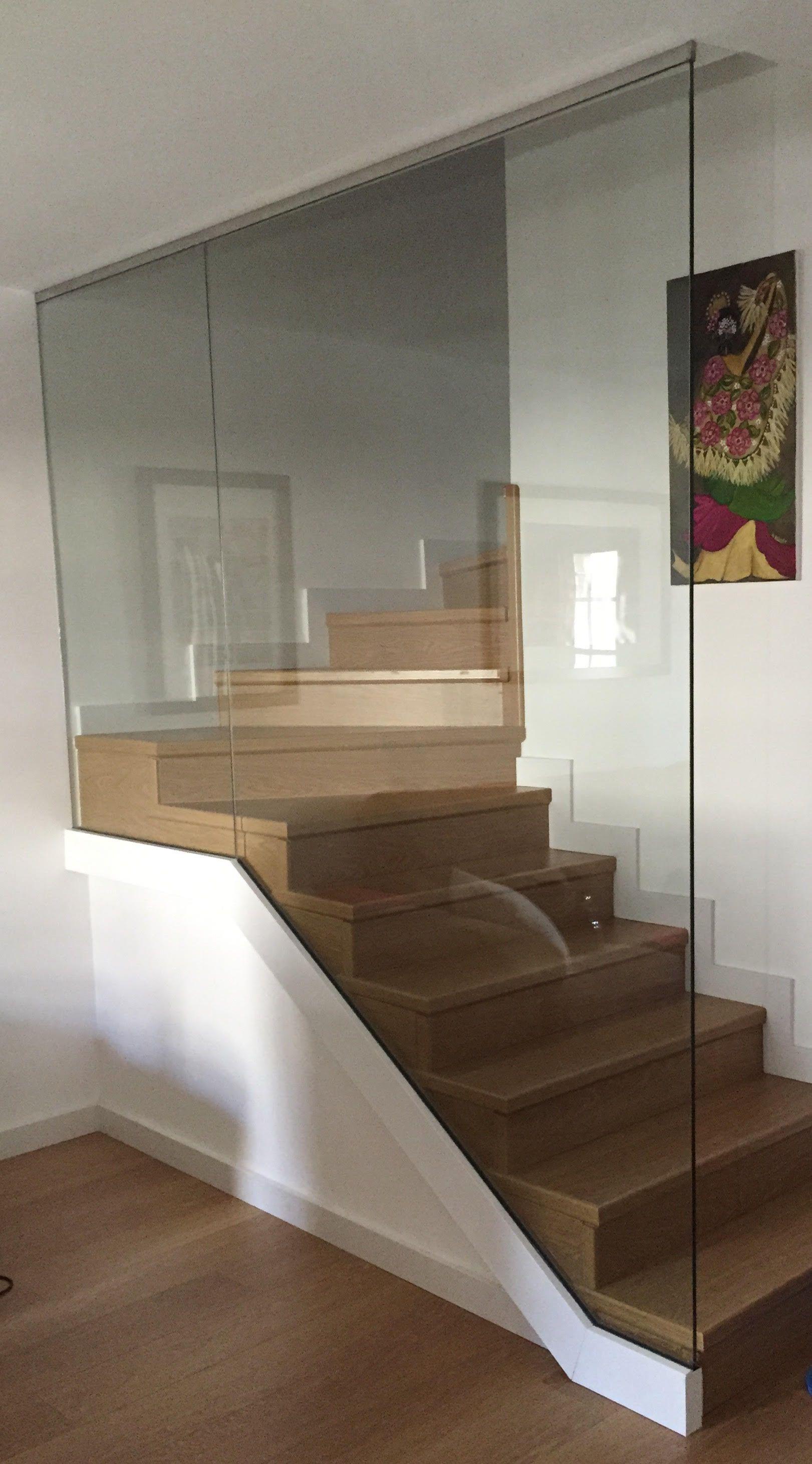 Barandilla de cristal laminado sujeta en la parte inferior con perfil de aluminio y en la parte - Barandilla cristal escalera ...