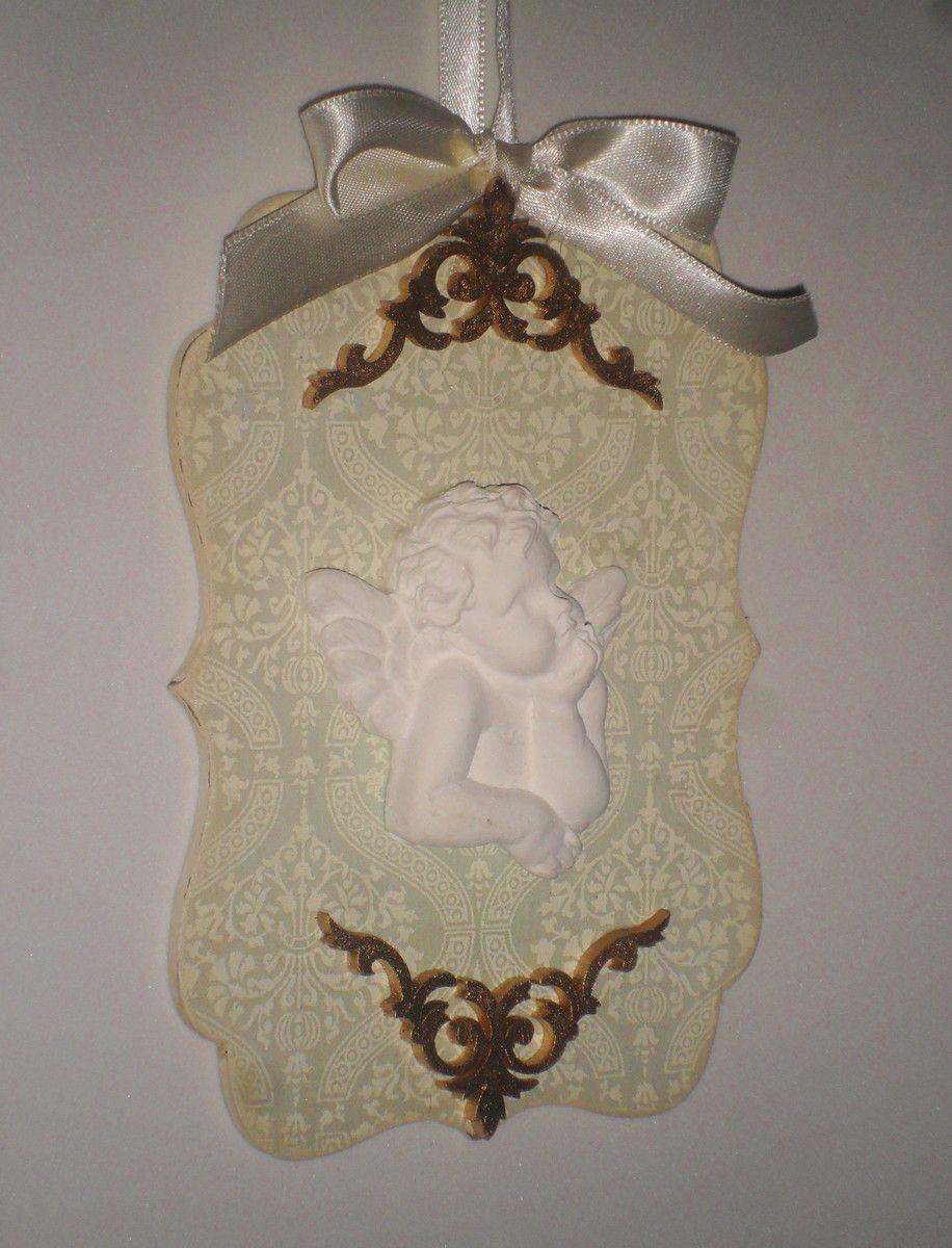 Anjinho protetor. <br>Placa de MDF (16x11 cm) com aplicação de tecido,arabescos recortados a laser pintado, decorado com fitas de cetim e aplique de anjo em resina. <br> <br>Para enfeitar o berço do bebê,puxadores,janelas, mesas de Batismo ou onde mais desejar.