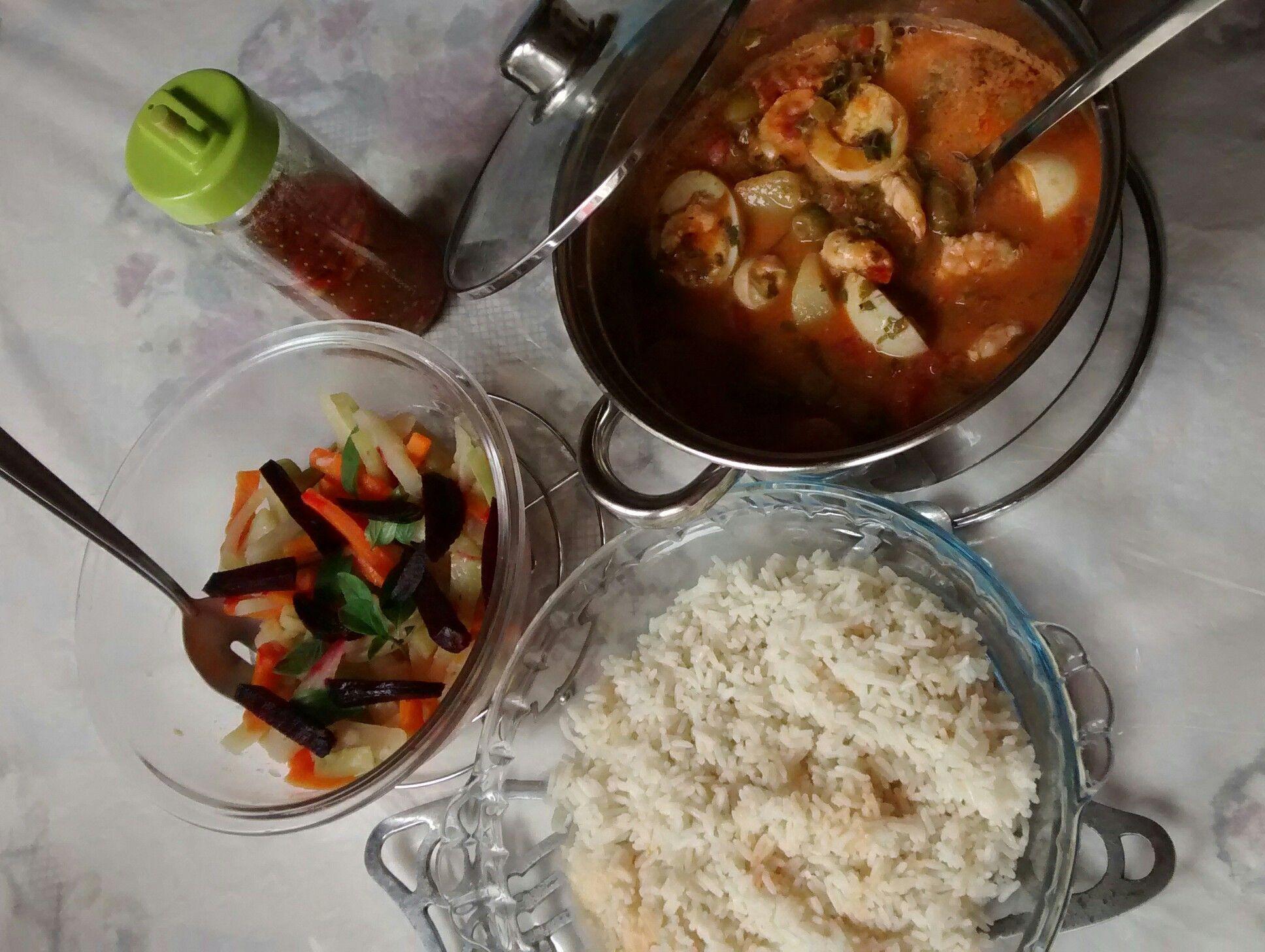 Camaroada maranhense com arroz branco e salada de legumes à juliene.