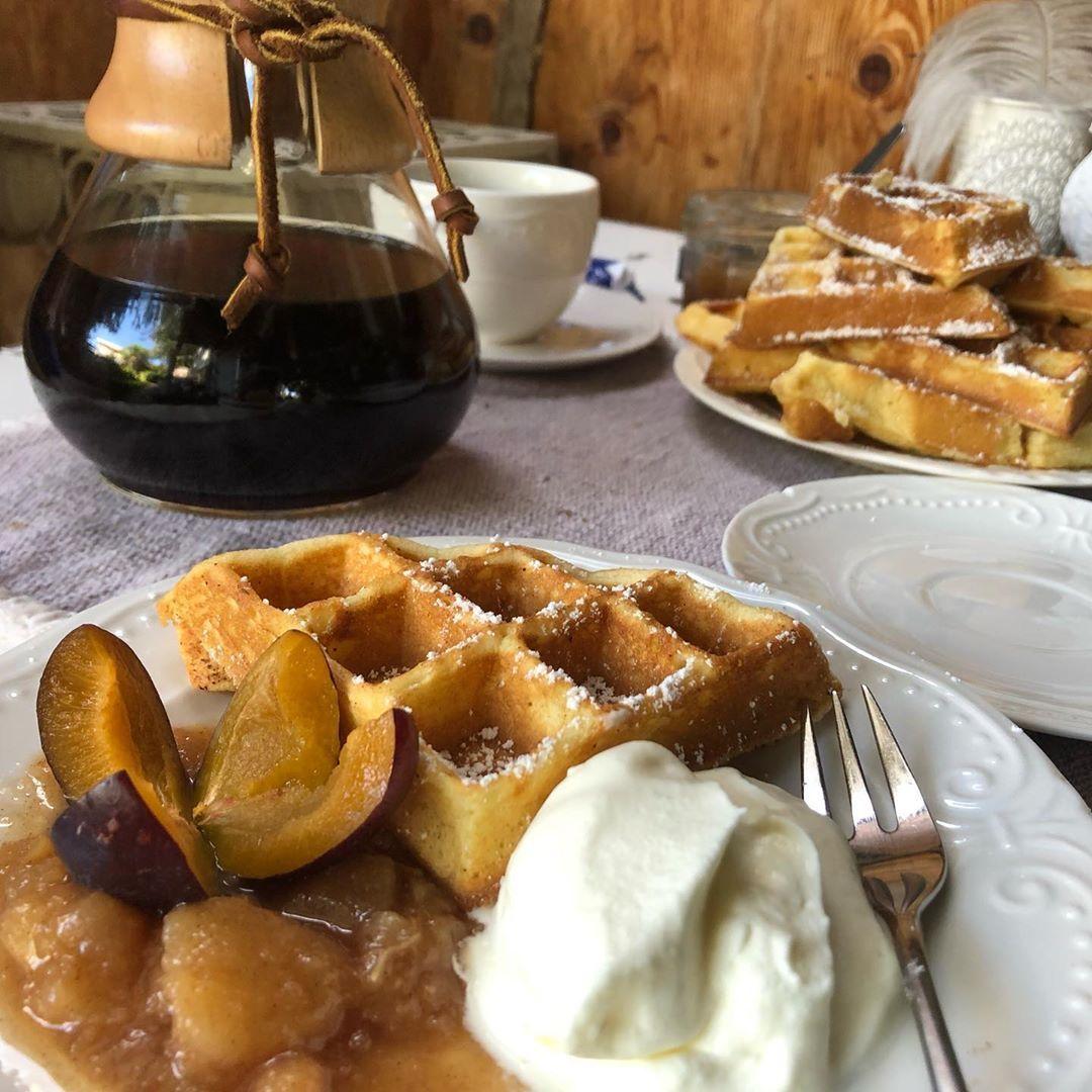 It's coffeetime: Frische Waffeln, selbstgemachtes Birnenkompott (Birnen aus eigenem Garten), natürlich mit Sähe, dazu feiner aus der
