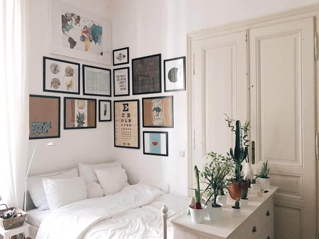 Gemütliche Schlafecke Mit Bilderwand über Dem Bett