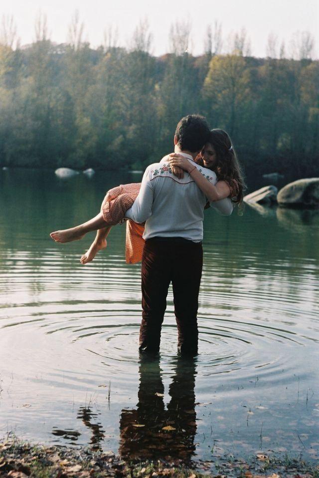 Mandaste as velhas cartas comovidas, Que na febre do amor te enviei; Mandaste o que ficou de duas vidas: O romance, uma dor que provei... Mandaste tudo, porém, Falta o melhor que te dei: Devolve toda a tranqüilidade Toda a felicidade Que eu te dei e que perdi Devolve todos os sonhos loucos Que eu construí aos poucos E te ofereci Devolve, eu peço, por favor Aquele imenso amor Que nos teus braços esqueci Devolve, que eu te devolvo ainda Esta saudade infinda Que eu tenho de ti...