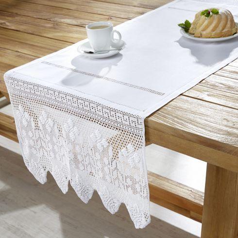 Dekorativer Tischläufer in Weiß - ein romantischer Blickfang bei Tisch