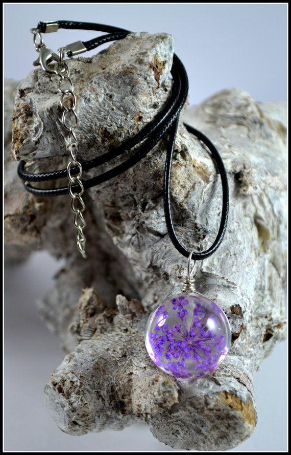 collier pendentif inclusion r sine fleur s ch es naturelles violettes bijoux en r sine. Black Bedroom Furniture Sets. Home Design Ideas