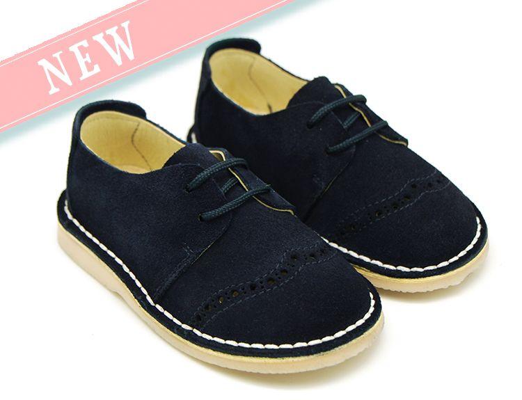 Tienda online de calzado infantil Okaaspain. Diseño y Calidad al mejor precio fabricado en España. Zapato tipo Blucher con cordones y picados en piel serraje para primavera verano. Envíos en 24,48 horas laborables gratis.