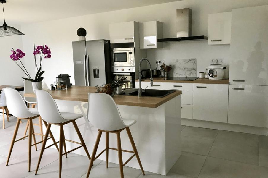 Belle cuisine blanche lumineuse ouverte sur le salon - Cuisine blanche ouverte sur salon ...