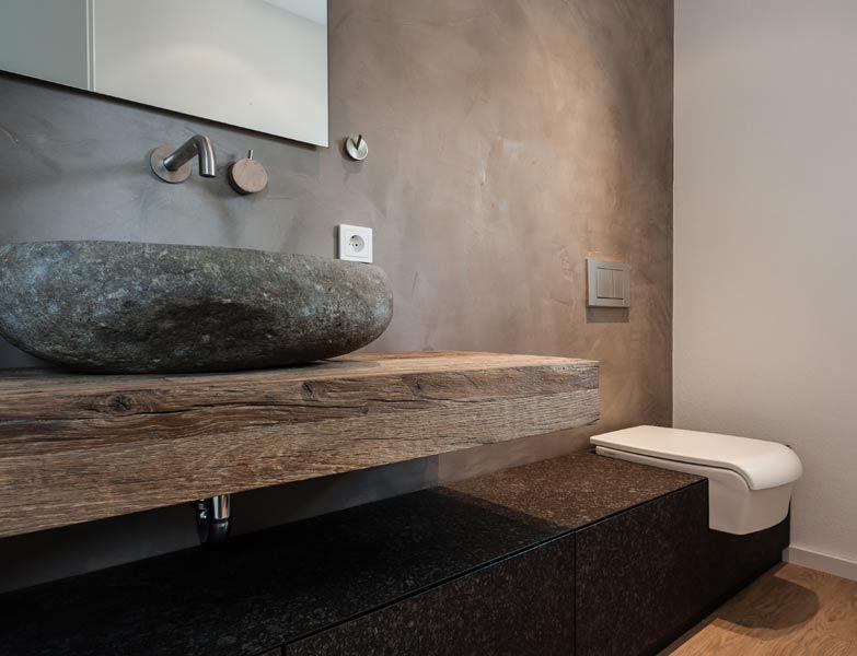 Moderne badezimmermöbel doppelwaschbecken  Badezimmer mit Waschtisch aus Massivholz und Naturstein als ...