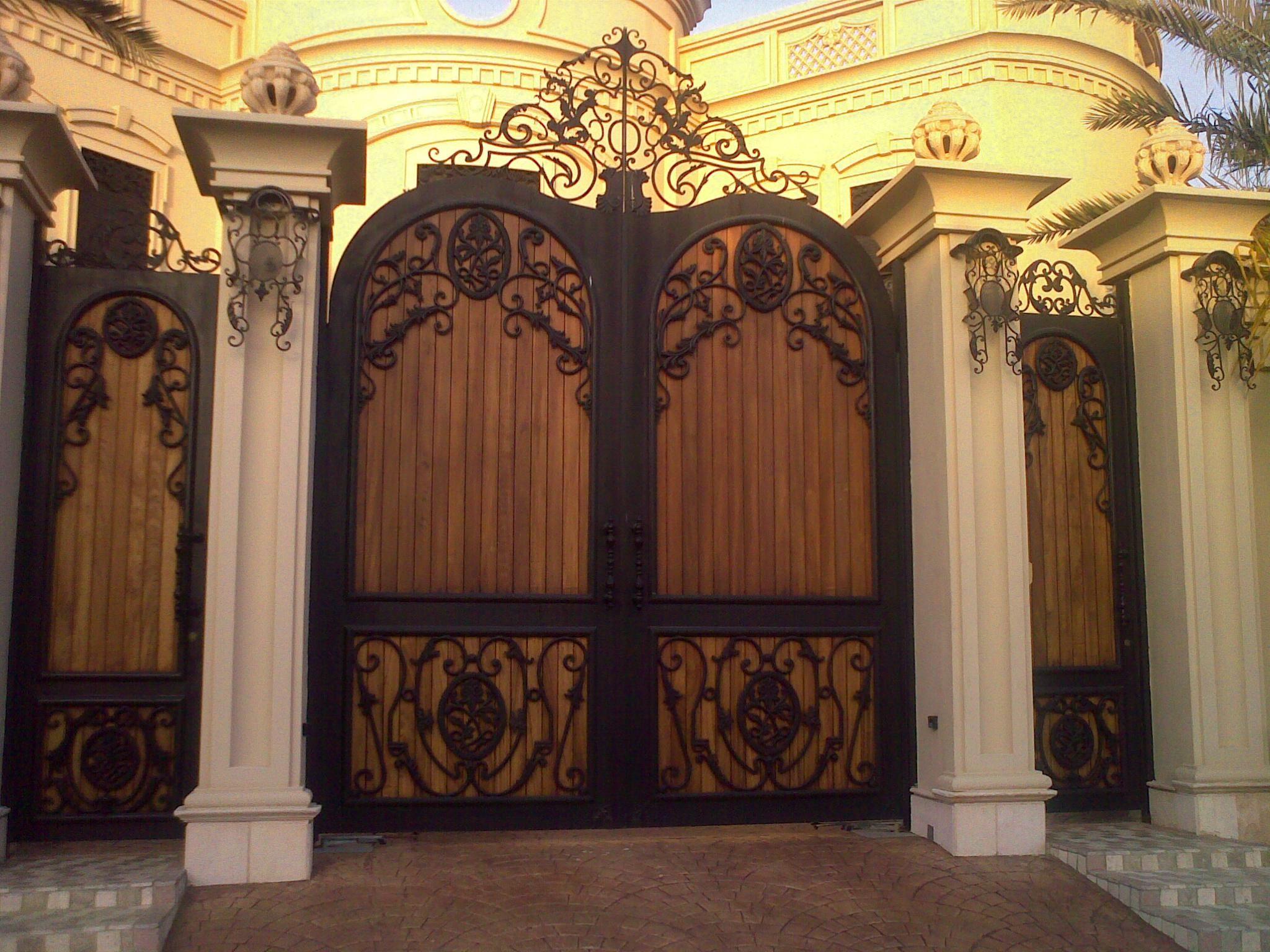 باب حديد مشغول والخلفية خشب Doors Home Entryway
