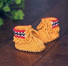 How perfect are these! Free crochet moccasin pattern