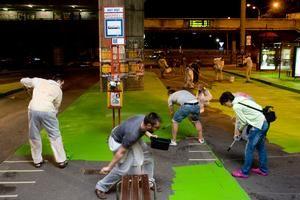 Projekt Naše Mesto menil verejný priestor participáciou občanov Chodníky a cesta pod bratislavským Novým mostom sú po nočnej akcii zelené.