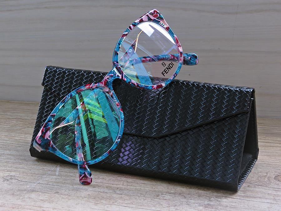Armação de Óculos FENDI Florida Modelo Fendi FF0202 COL 09 51 19-140 estilo  redonda traz inovação e futurismo a uma armação cheio de charme. cd9136a490