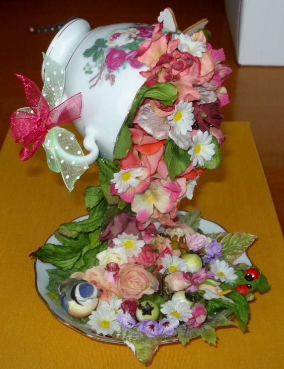 Tazza da tè con cascata di fiori.