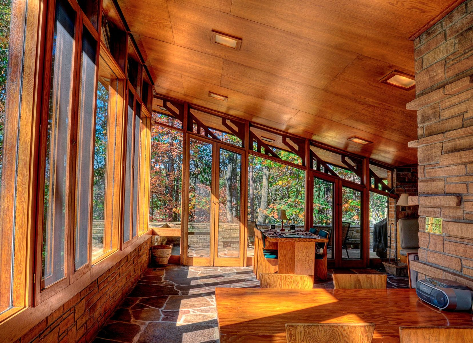 The Wright Kind Of Stay Frank Lloyd Wright Buildings Architecture Frank Lloyd Wright Homes