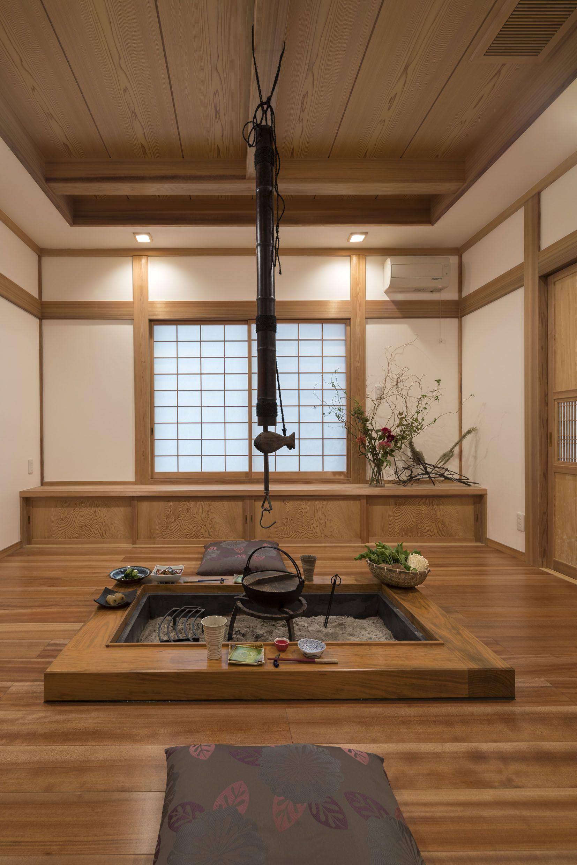木の素材が作り上げる癒しの囲炉裏空間 やわらかな色味の桜の無垢床材