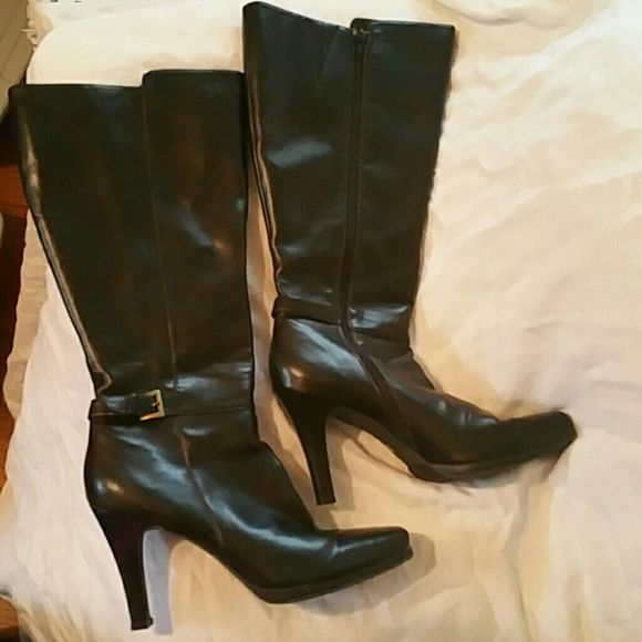 Brown Worthington zip up boots Excellent condition zip up boots. Size 9 Fuller calf boots. Worn maybe 2x. Worthington Shoes Heeled Boots