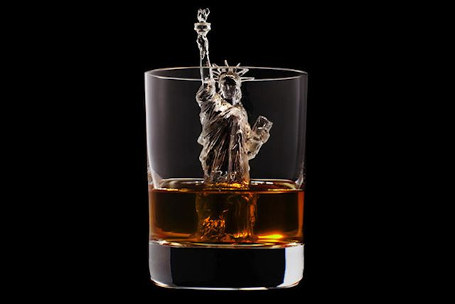 3D ICE CUBES IN WHISKEY GLASS