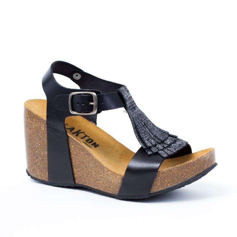 cc31ccd30ce49 Chaussures femme Plakton K Onka en cuir noir avec lanières sur le devant du  pied pour un look branché, semelle en liège préformé et talon compensé de  8cm.