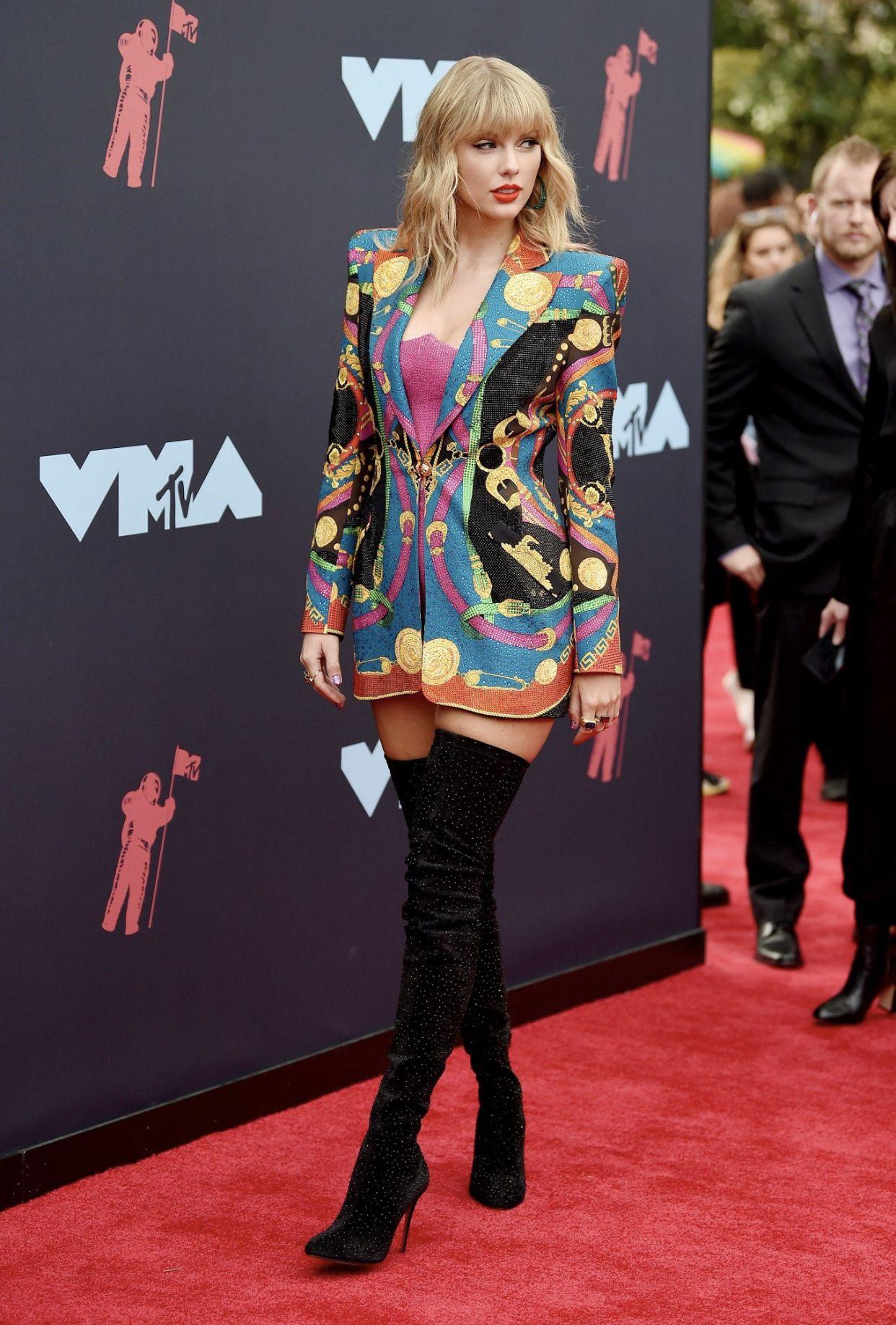 Pin By Syafiqah Rahim On Burton To This Taylor Taylor Outfits Taylor Swift Style Taylor Swift Red