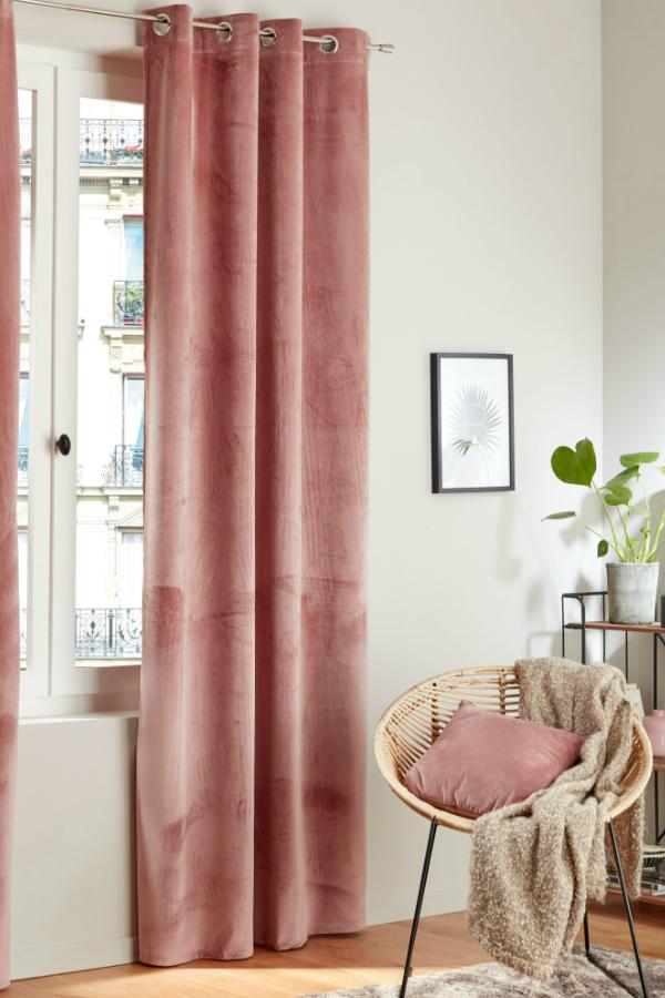 un rideau rose en velours rideau rose