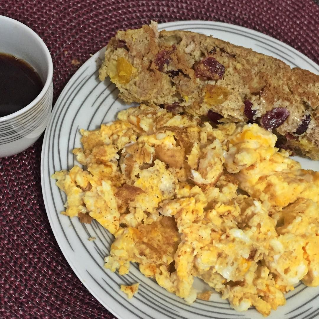 Café da manhã depois do suco verde ( tomei o suco antes de fazer transport):  4 ovos ( 2 inteiros e 2 claras) com curry e bolo funcional de laranja com crawnberry: 2 col de sopa de linhaça + 2 claras + 1/2 laranja + 1 punhado de crawnberry + 3 nozes picadas. Misture com o garfo e leve na airfreyer por 15 min. no fim, salpiquei canela #dragabrielazugliani #teamgz #gznutrição