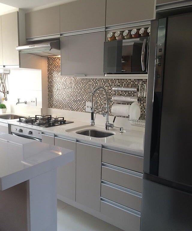 Linda combinaci n de colores entre mosaicos de la pared y los muebles ver z calo de mesada Zocalos para cocinas