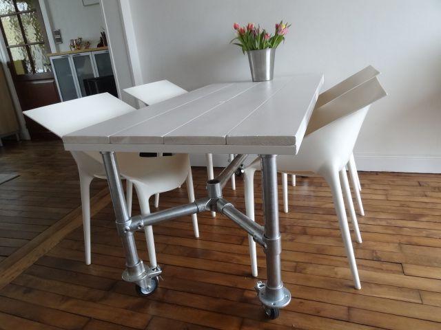 table en bois, peint blanc, piétement tubes d'échafaudage sur