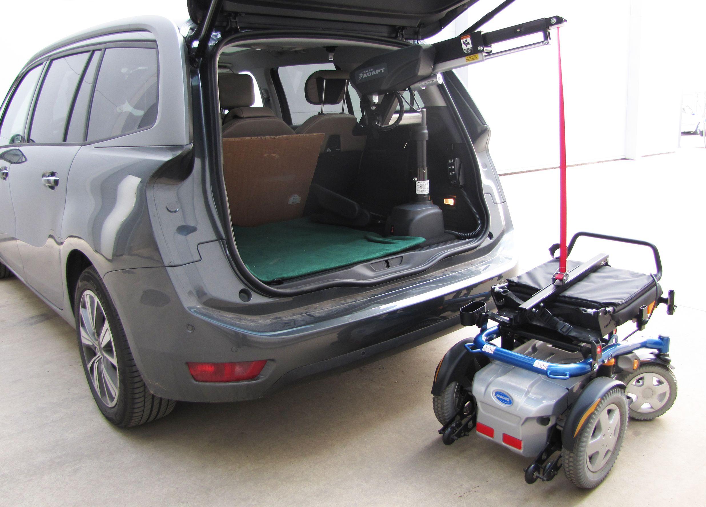 GRÚA ELÉCTRICA - CITROËN C4. Las grúas eléctricas que instalamos en Válida Car son unos mecanismos eléctricos que permiten al usuario levantar y cargar todo tipo de sillas de ruedas y scooters en la parte trasera del coche. Ello se consigue de una forma cómoda, sencilla y sin realizar ningún tipo de esfuerzo, presionando tan solo un interruptor. Las grúas eléctricas están a disposición del usuario en varias versiones, en función de cada necesidad y capacidad de carga.