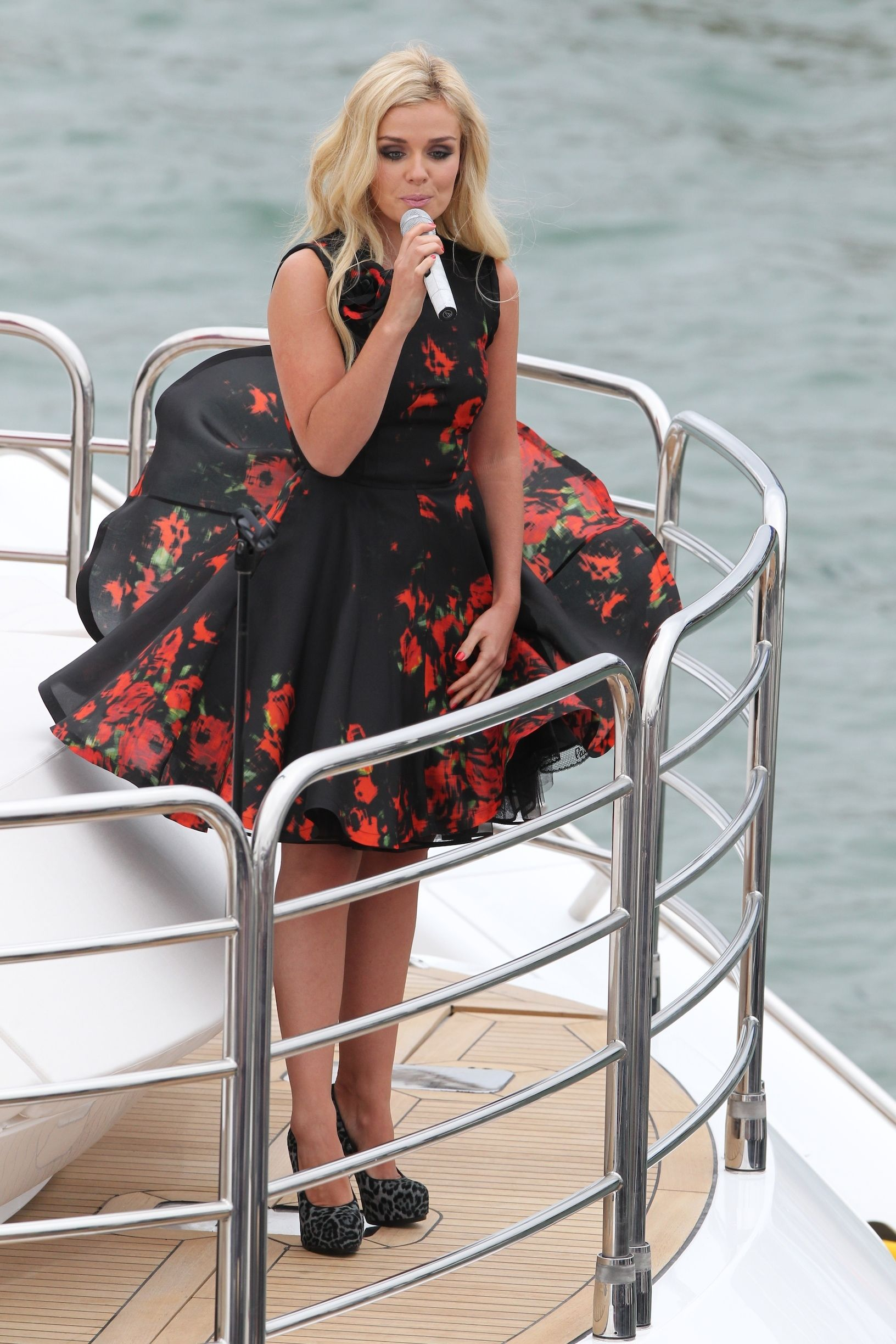 Windy dress. (With images) | Dresses, Dress skirt, Wind skirt