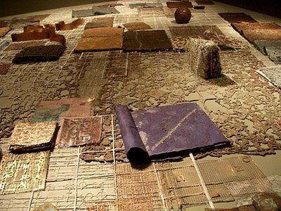 """Estou adorando Hilal Sami Hilal: utiliza materiais como o papel, o metal e linhas que formam rendas! """"Biblioteca"""" (2000/2008, MAM Rio)."""