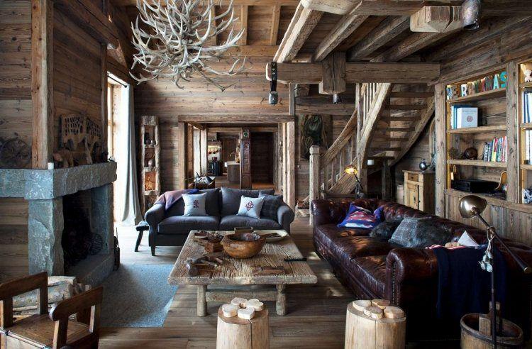 lambris mural en bois brut, canapé droit gris taupe, canapé Chesterfield et suspension design