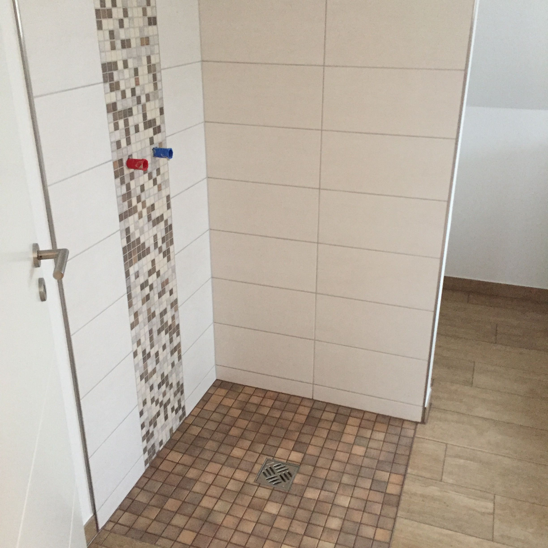 Bodengleiche Dusche mit Mosaik und Holzfliesen im Bad