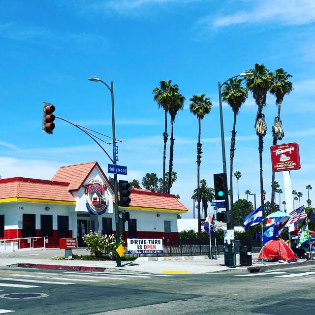 If you work up an appetite strolling the walk of fame, grab a Tommy's World-Famous Hamburger and some chili fries on Hollywood Blvd. #GlitteratiToursLA