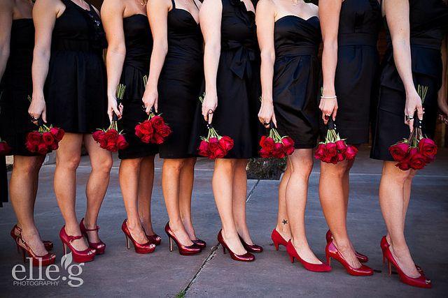 czarne sukienki druhny czerwone buty bukiety slubne
