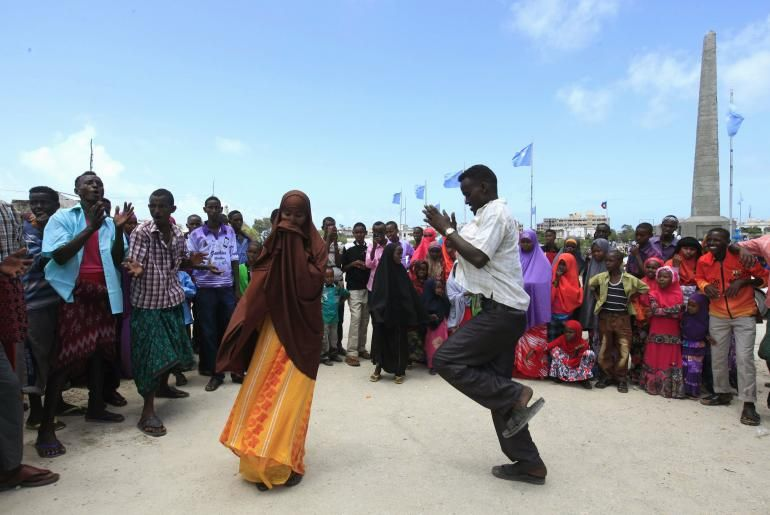 Eid Mubarak 2013 Somali Residents Dance To Tradition Tunes While Cele Ting The Muslim Eid Al Fitr Holiday