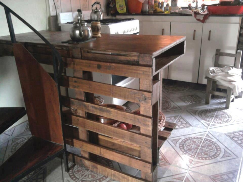 Barra de cocina con palets interior projects for hudson for Mueble salon palets