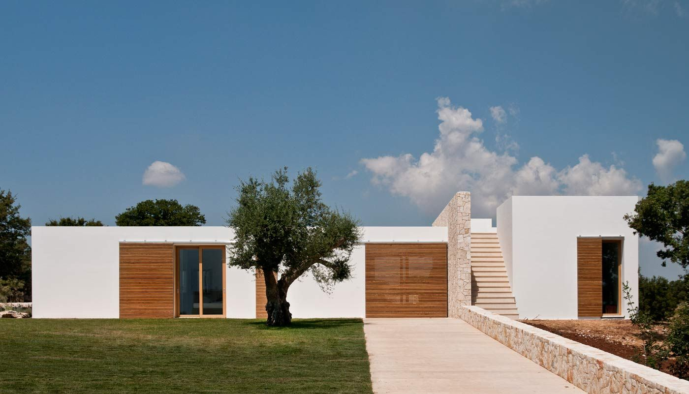 The project was born from the desire to build for a large family a holiday home in Valle d'Itria, in Puglia, with swimming pool.