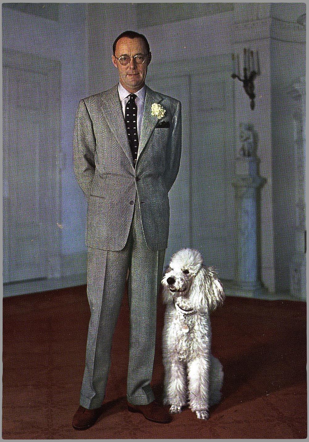 Prins Bernard met zijn Konings poedel.