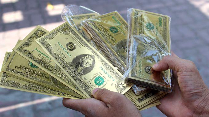 Dùng tiền thật đi mua 2 usd mạ vàng để làm gì ?