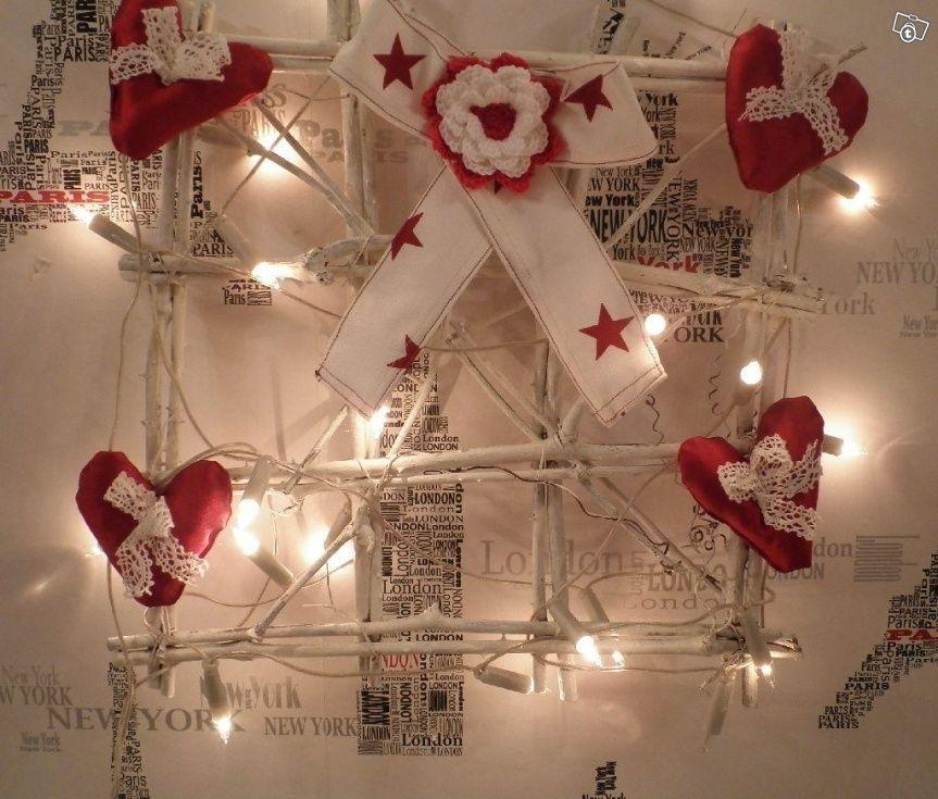 Myydään kuvassa oleva valkoiseksi maalattu paju-ikkuna, jossa itse tehdyt punaiset pehmosydämmet valkosilla pitsinauhoilla sekä tähtinauhasta tehty rusetti, jossa käsinvirkattu sydän  kukka.Lisäksi tähän kuuluu myös 20 kappaleen valonauha, jonka saa ...