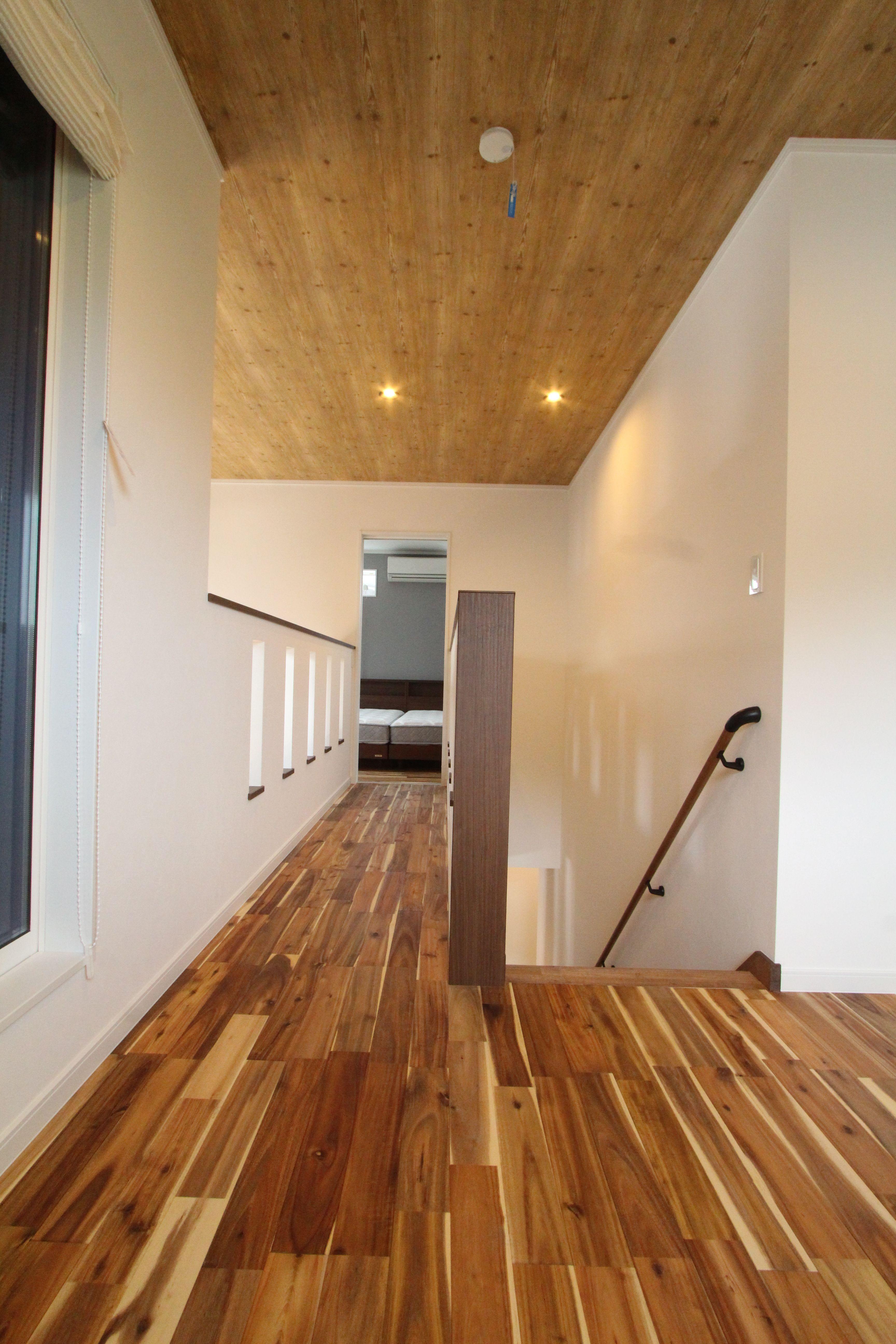 2階ブリッジ 木目天井 アカシア無垢材 アカシアフローリング