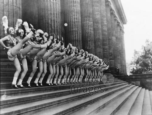 Jackson-Girls auf der Freitreppe des Alten Museums, Berlin 1927