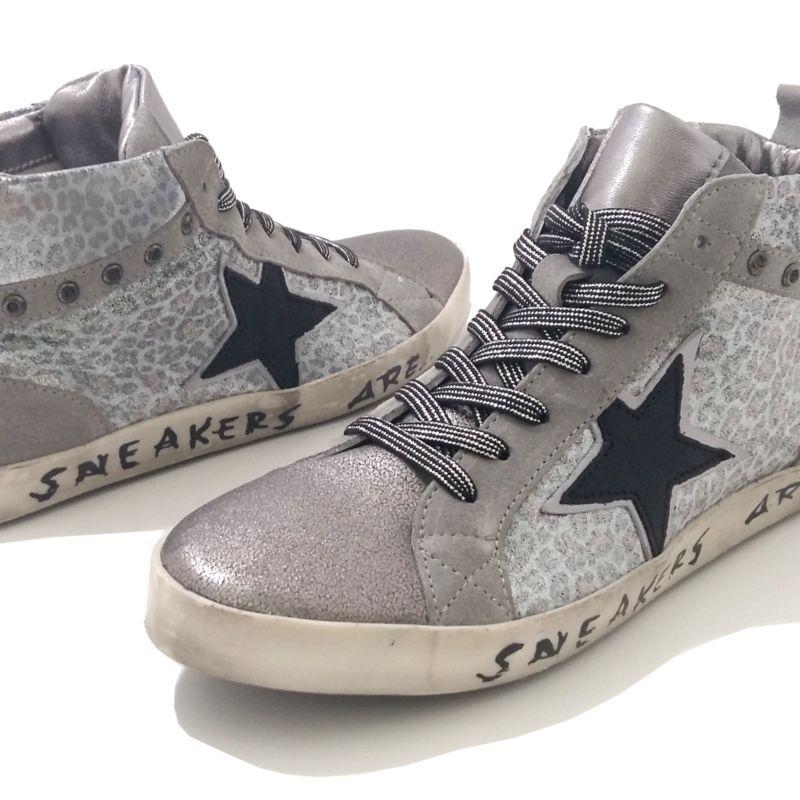 1577468052eb3 Sneakers femme argent fantaisie. Baskets femme tendance argent. Chaussures  cuir imprimé léopard marque REQINS